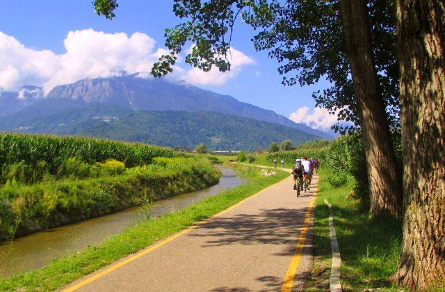 In  un contesto incantevole pedaliamo verso il lago di Levico